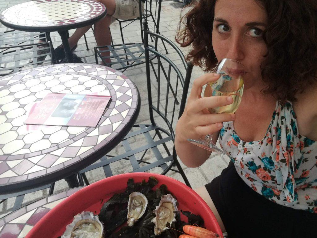 Oysters and wine in La rochelle market